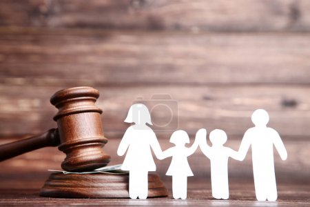 Figurines familiales avec marteau sur table en bois marron