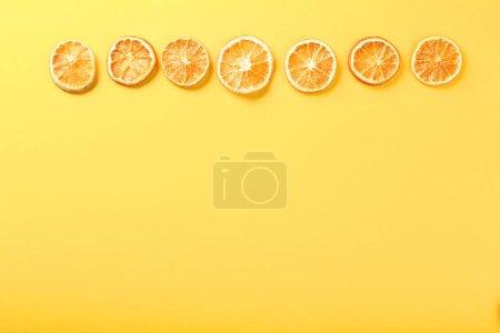 Photo pour Fruits orange sémoranges sur le fond jaune - image libre de droit