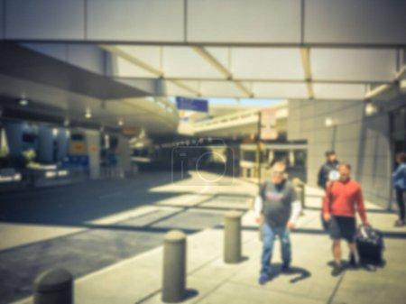 Photo pour Personnes floues en attente de ramassage au terminal d'arrivée de l'aéroport. Concept pour ramasser et déposer les passagers à l'aéroport - image libre de droit