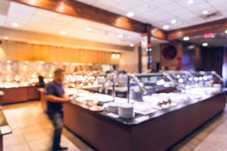 Photo pour Abstrait flou japonais restaurant buffet sushi bar comptoir intérieur avec les clients choisissant sushi, sashimi et chef prépare pour servir la nourriture. Buffet gastronomique restauration dîner dîner partage concept . - image libre de droit