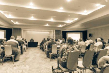 Photo pour Ton Vintage floue Réunion séminaire avec écran Led projecteur, discours du Président sur la scène. Pasante vue arrière public dans la salle de conférence, écoute talk-show. Éducation, le concept d'affaires - image libre de droit