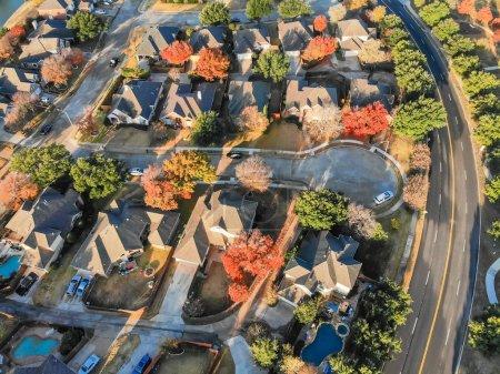 Photo pour Vue de dessus cul-de-sac rue sans issue dans un quartier résidentiel près de Dallas, Texas. Rangée de maisons unifamiliales entourées de feuilles colorées en automne - image libre de droit