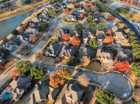 Photo pour Vue aérienne quartier au bord du lac avec cul-de-sac rue sans issue près de Dallas, Texas. Matin automne saison avec feuilles colorées automne feuillage - image libre de droit