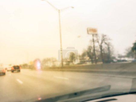 Photo pour Accident de la route à mouvement flou par temps pluvieux mouillé près de Dallas, Texas, USA. Camions d'incendie et voiture de police de soutien et de sauvetage des personnes blessées. Mauvais état de conduite et mauvais temps concept - image libre de droit