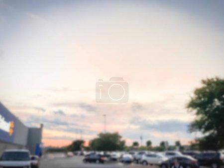 Photo pour Nuage de coucher du soleil dramatique de mouvement brouillé aux stationnements découverts d'épicerie près de Dallas, Texas, Amérique. - image libre de droit