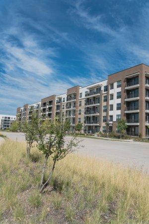 Photo pour Rangée d'immeubles près de la rue dans la banlieue de Dallas, Texas, États-Unis. Unité appartement multi-étages, logements collectifs condos complexes pour un style de vie moderne - image libre de droit