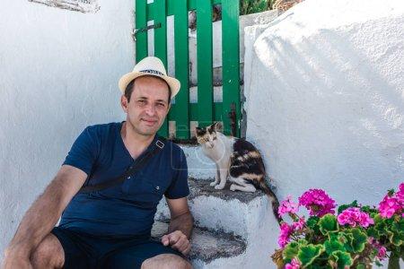 Foto de Hombre en sombrero posando con gato - Imagen libre de derechos