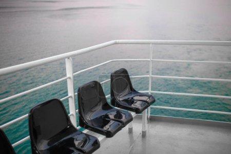 Foto de Asientos en cubierta de gran crucero con vista al mar. - Imagen libre de derechos