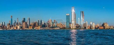 Photo pour Les vues de New York depuis les rives de l'Hudson à Lincoln Harbor, New York, États-Unis - image libre de droit