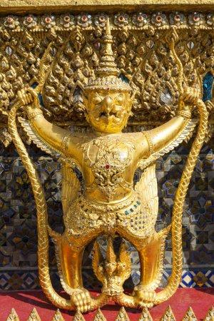 Photo pour Wat Phra Kaew ou le temple du Bouddha d'Émeraude (officiellement connu sous le nom de Wat Phra Sri Rattana Satsadaram) est considéré comme le temple bouddhiste le plus important de Thaïlande. Situé dans le centre historique de Bangkok, dans le parc du Grand Palais , - image libre de droit
