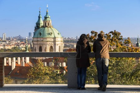 Photo pour République tchèque, Prague, Couple regardant au-dessus de la ville - image libre de droit