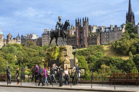 Photo pour Scotland, Edinburgh, Le monument Royal Scots Greys sur Princes Street - image libre de droit