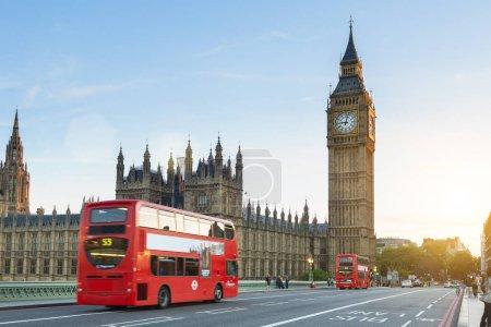 Photo pour Londres, trafic sur le pont de Westminster - image libre de droit