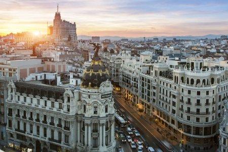 Photo pour Espagne, Skyline de Madrid avec Metropolis Building et Gran Via - image libre de droit