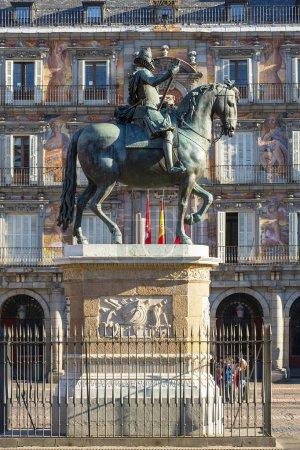 Photo pour Espagne, Madrid, Plaza Mayor et Statue du Roi Philippe II - image libre de droit