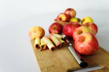Photo pour Pommes fraîches sans noyau. Enlevé avec l'outil du carottier. Ingrédients pour la confiture ou de la tarte. Moisson - image libre de droit