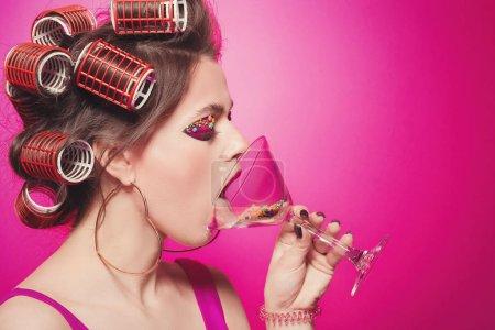 freche Mädchen mit Süßigkeiten auf der Zunge und Glas mit Bonbons posiert