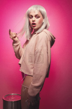 freche Mädchen auf rosa Hintergrund in Körper und Pullover. ziemlich sexy