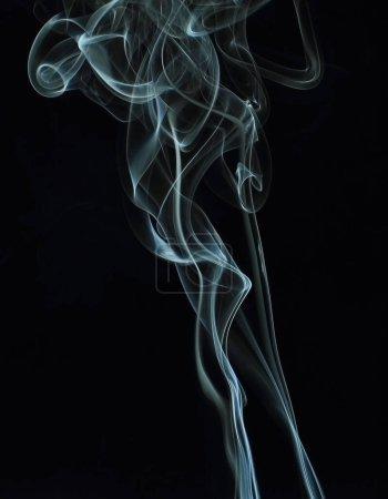 Photo pour Fumée blanche sur fond noir - image libre de droit
