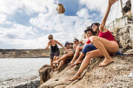Foto de Grupo de hembras jóvenes agradables divirtiéndose juntos en amistad en la playa en vacaciones. actividad de ocio al aire libre. se vuelven locos con el concepto de amigos - Imagen libre de derechos