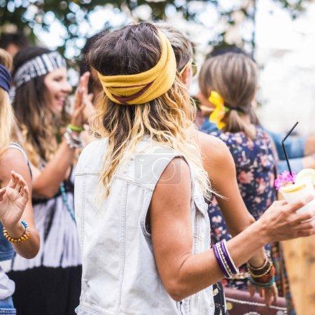 Photo pour Groupe de femmes folles en robe de style hippie à la fête - image libre de droit
