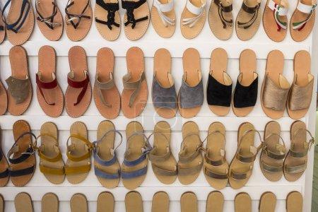 Photo pour Chaussures pour une jeune femme, pour une utilisation estivale quotidienne montrée dans un magasin avec une grande variété de couleurs et modèle entièrement fait à la main par des artisans - image libre de droit