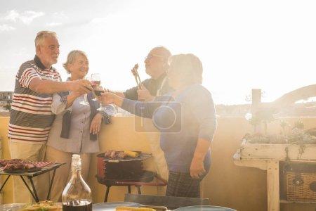 Photo pour Groupe de style de vie des personnes âgées de caucasien retraité s'amuser ensemble avoir un barbecue à la maison sur la terrasse extérieure - image libre de droit