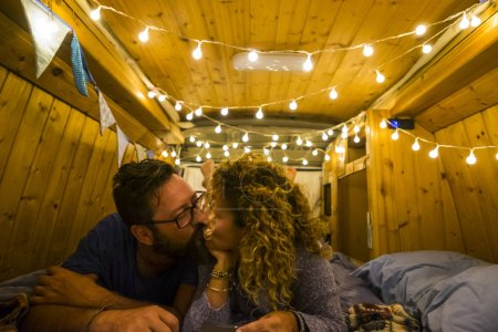 Photo pour Couple romantique baisers à l'intérieur de bois restauré beau van - image libre de droit