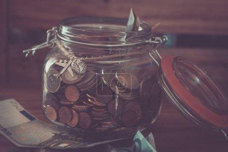 Photo pour Gagner de l'argent pour voyager dans le monde et aller en vacances seul ou avec des amis ou de la famille - image libre de droit