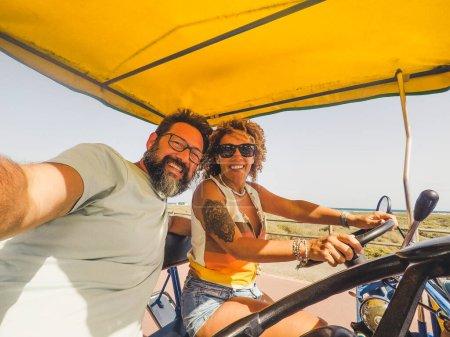 Photo pour Couple adulte joyeux profiter surrey vélo ensemble et s'amuser dans l'activité de loisirs de plein air - image libre de droit