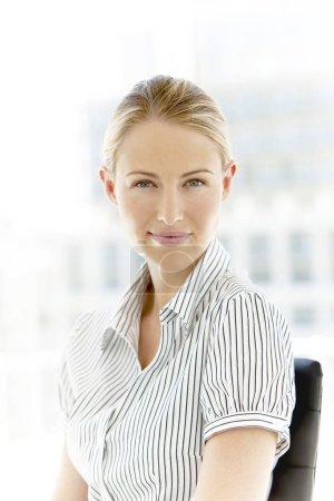 Photo pour Portrait d'une belle jeune femme exécutive corporate au bureau - image libre de droit