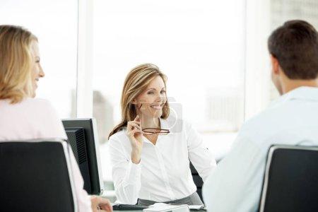 Photo pour Conseiller financier avec couple lors de réunion de bureau - avocat offrir des conseils aux homme et femme - agent immobilier avec les clients - image libre de droit