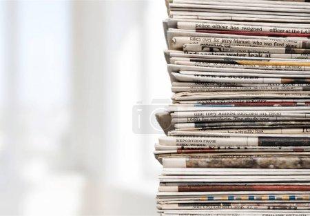 Pile de journaux sur le fond, gros plan