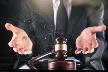 Photo pour Juge en bois marteau sur fond clair - image libre de droit