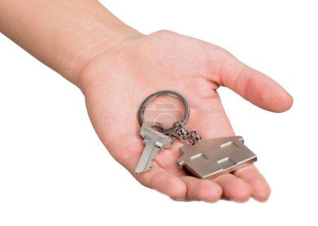 Photo pour Main mâle retenant des clefs de maison d'isolement sur le fond blanc - image libre de droit
