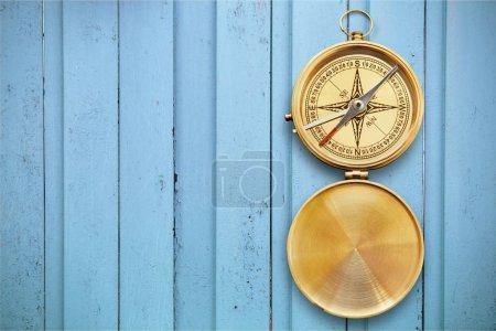 Photo pour Vue rapprochée du compas antique en laiton - image libre de droit