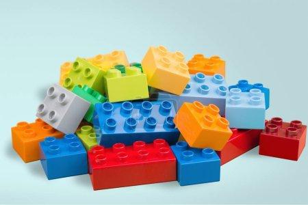 Photo pour Jouet blocs colorés sur fond bleu - image libre de droit
