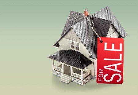 Photo pour Modèle de maison classique en vente, fond clair - image libre de droit