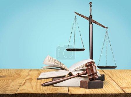 Photo pour Justice Échelles, marteau et livres sur le fond - image libre de droit