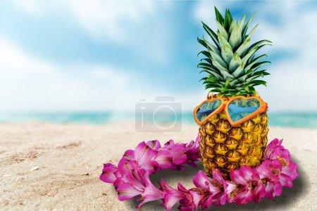 Photo pour Ananas mûr frais sur la plage sablonneuse - image libre de droit