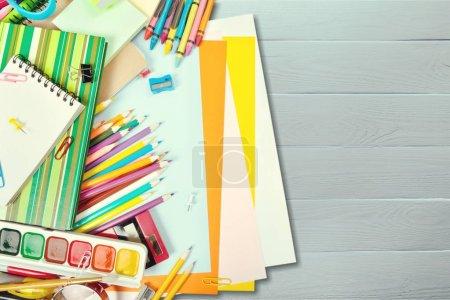Photo pour Composition de papeterie scolaire coloré, au fond de l'école - image libre de droit