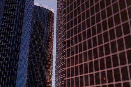 Photo pour 3D illustration gratte-ciel d'un faible angle vue. Bâtiments de verre haute architecture. gratte-ciels dans un quartier de la finance. - image libre de droit