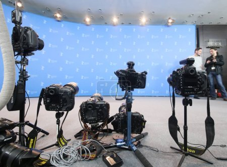 """Photo pour Les caméras posent lors de l'appel photo """"7 jours à Entebbe"""" (7 Tages à Entebbe) lors du 68e Festival international du film de Berlin au Grand Hyatt Hotel le 19 février 2018 à Berlin, Allemagne . - image libre de droit"""