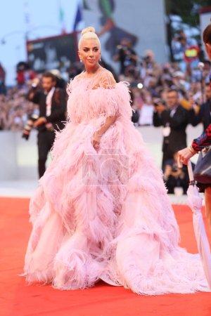 Леди Гага ходит по красной