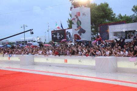Photo pour Une vue générale de l'atmosphère défile sur le tapis rouge avant la projection 'A Star Is Born' lors de la 75e édition du Festival du Film de Venise à la Sala Grande, le 31 août 2018 à Venise, Italie . - image libre de droit
