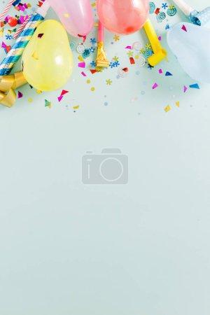 decoración del partido en el fondo azul pastel