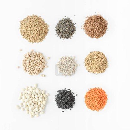 Photo pour Ensemble de céréales sur fond blanc, source de protéines pour végétariens concept - image libre de droit
