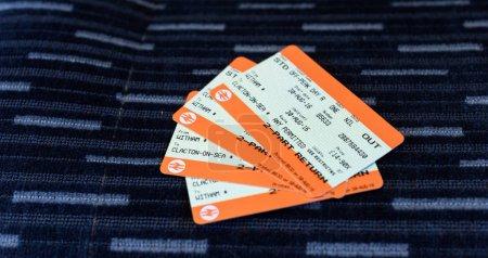 Photo pour Paire de billets de train pour un voyage de Witham à Clacton dans l'Essex Angleterre sur fond de tissu - image libre de droit