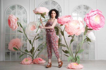 Photo pour Une belle fille mince sur un fond de conte de fées ensemble d'énormes pions de papier . - image libre de droit
