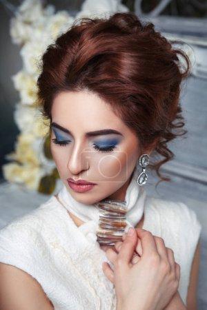 Photo pour Fille élégante avec lumineux maquillage et coiffure - image libre de droit